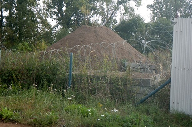 Popis: Zemina kontaminovaná ropnými látkami uložená na pozemcích, které k nakládání s odpady nebyly určené.