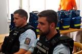 Středočeský kraj vybavil prvosledové hlídky policie batohy s defibrilátory