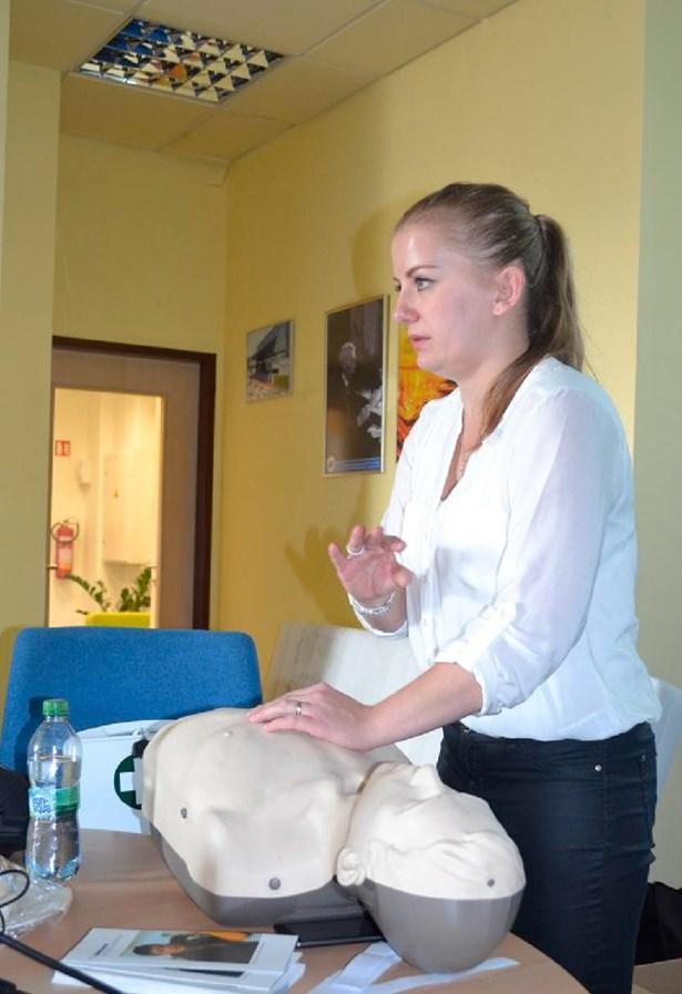 Popis: Nemocnice v Přerově již čtvrtým rokem pořádá kurzy první pomoci pro veřejnost, přičemž další nejbližší termín, na který se mohou zájemci hlásit již nyní, nabídne v září.