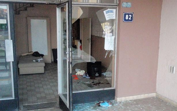 Popis: Žena kopem rozbila skleněnou výplň vstupních dveří a vážně se poranila.
