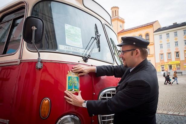 Popis: Mezi památkovými objekty jezdil i historický autobus.