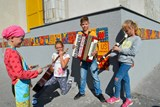 Malí umělci z Havířova si zkrášlili příchod ke škole