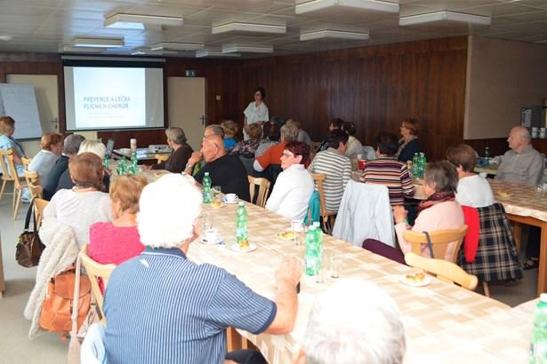 Popis: Seniory o prevenci a léčbě plicních chorob v rámci pravidelných přednášek vzdělávala lékařka Magda Burdová