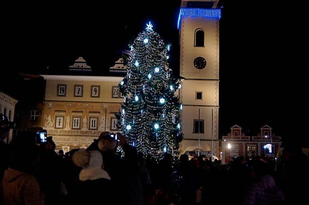 Popis: Vánoční strom v Mladé Boleslavi v roce 2016.
