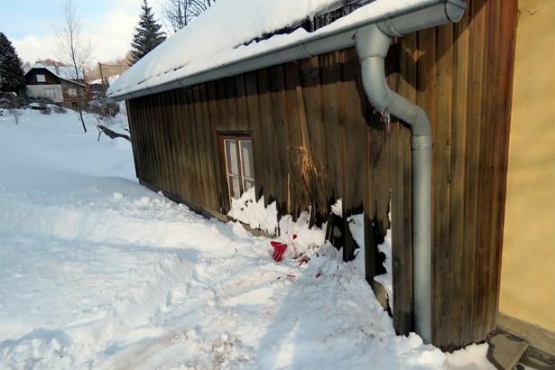 Popis: Jízda skončila nárazem do dřevěné části přilehlého domu.