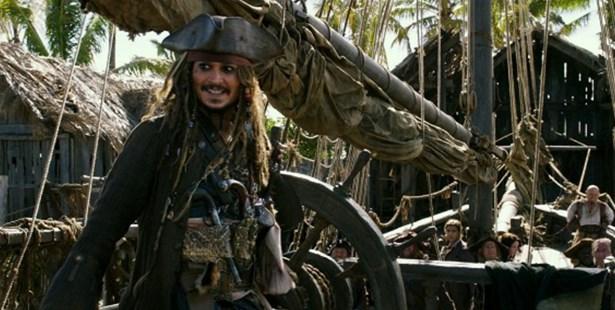 Popis: Jedním z filmů, které se v kině promítají, jsou Piráti z Karibiku: Salazarova pomsta.