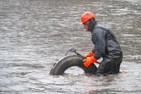 Neznámý pachatel vysypal stovky pneumatik na dno brněnské nádrže