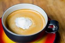Sypete si do kávy bílý prášek? Do mléka má daleko