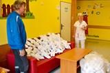 Pobyt v nemocnici ulehčují dětem v Jeseníku panenky Kiwanis