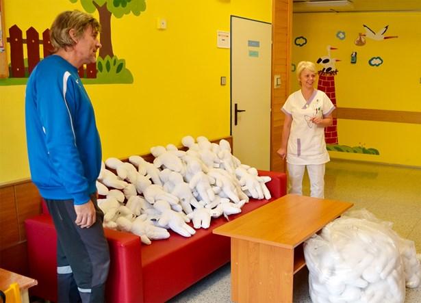 Popis: Jako poděkování za péči, kterou Jesenická nemocnice jeho žákům v případě potřeby poskytuje, zakoupil pan Lípa pro nemocnici rovnou stovku speciálních panenek Kiwanis.