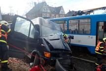 Hasiči vyprošťovali zraněného řidiče Iveca po střetu s tramvají