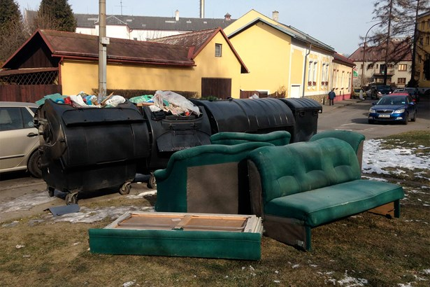 Popis: Odloženou sedačku u kontejnerů v Čáslavské ulici v centru Bohumína musely nakonec odklidit technické služby.
