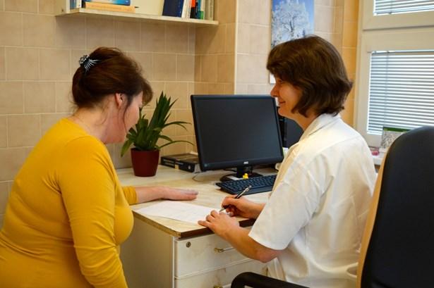 Popis: MUDr. Bobotová při rozhovoru s pacientkou.
