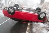 Vozidlo skončilo na střeše