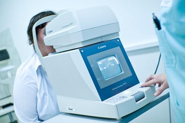 Popis: Vyšetření zraku - ilustrační foto.