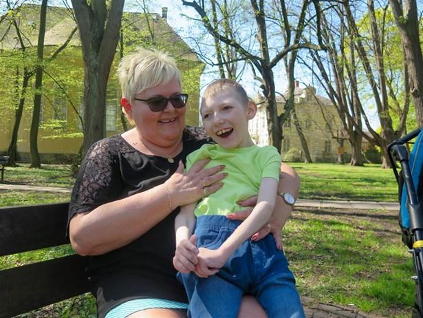 Popis: Devítiletý Dominik žije jen s babičkou, která ho má ve své péči.