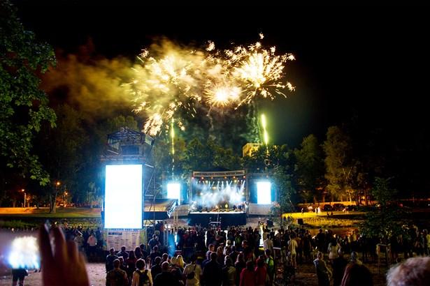 Popis: Sweetsen fest v roce 2017 zahájil velkolepý koncert na řece Ostravici.
