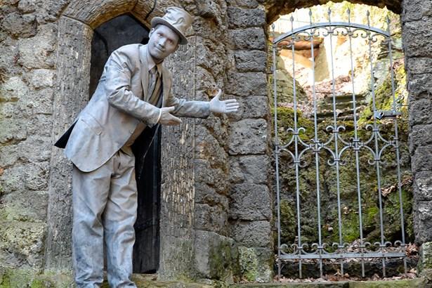 Popis: Zoo si připomene osobnost zakladatele první ptačí rezervace ve střední Evropě, významného ústeckého obchodníka, mecenáše a dobrodince, osvíceného ochránce zpěvného ptactva, Heinricha Lumpeho.