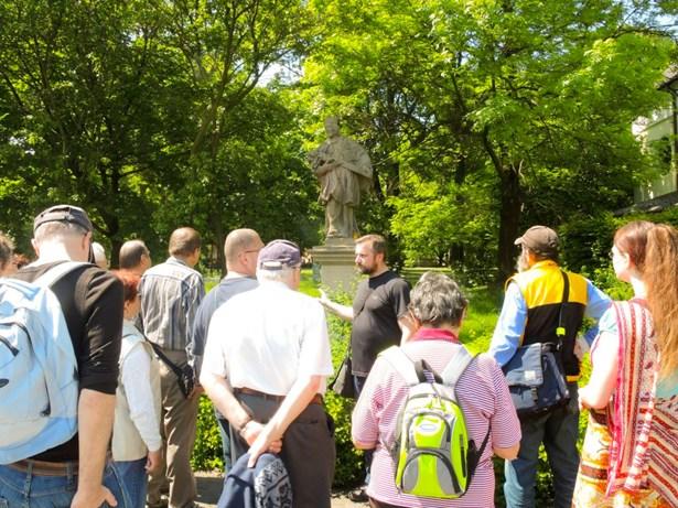 Popis: Petr Juřák přiblíží sochy a erby v Místku.