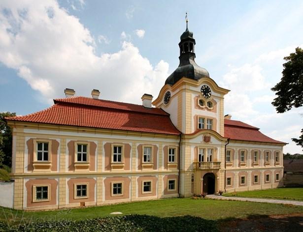 Popis: Letošní sraz rodáků se po dvaceti letech opět koná na  zámku v Nebílovech.