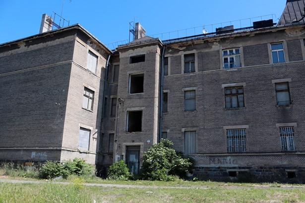 Popis: Dům, který je postaven do tvaru U, má šest vchodů - bourán bude pouze jeden, ten s číslem 1831.