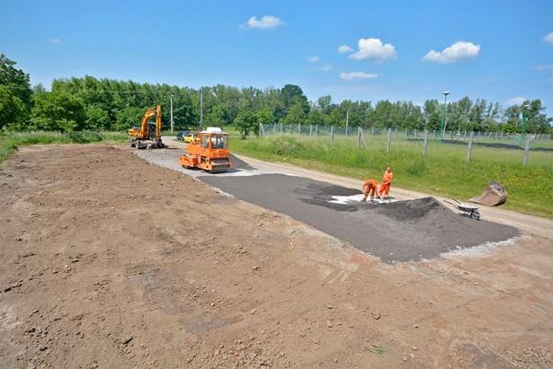 Popis: Bohumín v v těchto dnech dokončuje nedaleko vodní plochy i nová parkovací místa.