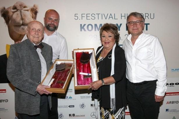 Popis: Zleva: Stanislav Zindulka, president festivalu Jiří Turek, Jiřina Bohdalová a Antonín Procházka.