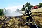 Seniorovi z Rychvaldu se nevyplatil zakázaný způsob pálení trávy - popálil se