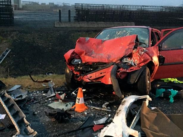 Popis: Fotografie z místa nehody - vozidlo po čelním nárazu.