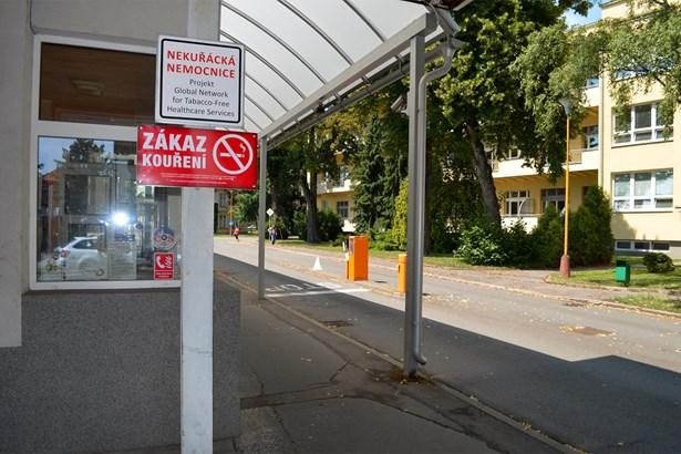 Popis: Nové červené cedule ve Slezské nemocnici v Opavě upozorňují návštěvy na zákaz kouření v celém areálu nemocnice. Návštěvy a pacienti smí kouřit pouze ve dvou kuřárnách.