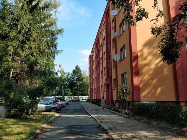 Popis: Dvořákovu ulici čeká regenerace. Sídliště bylo vystavěno po druhé světové válce a byty měly prioritně sloužit rodinám lékařů a zdravotních sester, pracujících vblízké nemocnici.