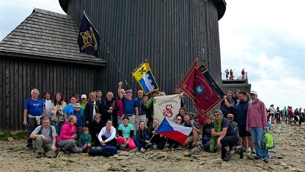 Popis: Zástupci Lipnice nad Sázavou vynesli 26. května vlajku na nejvyšší českou horu Sněžku.