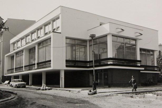 Popis: Budova byla dostavěna  v 70. letech minulého století k secesnímu hotelu s kavárnou.