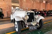 Skvosty s vůní benzínu. Unikátní přehlídka historických i současných automobilů