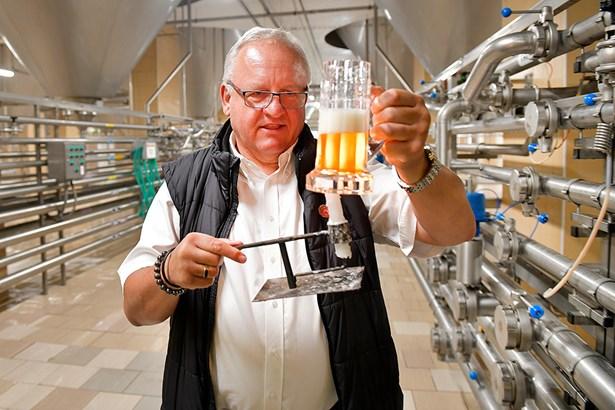 Popis: Vrchní obchodní sládek Plzeňského Prazdroje Václav Berka kontroluje kvalitu piva.