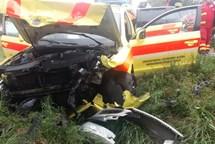 Tři zranění při střetu sanitního vozidla s automobilem na Opavsku