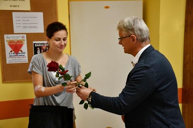 Popis: Veronika Valentová by bez dárců krve nepřežila vážné krvácení po porodu. Krev se rozhodla vrátit v Transfuzním centru Slezské nemocnice v Opavě.