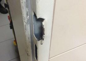Nedočkavý pacient vykopl dveře na traumatologii