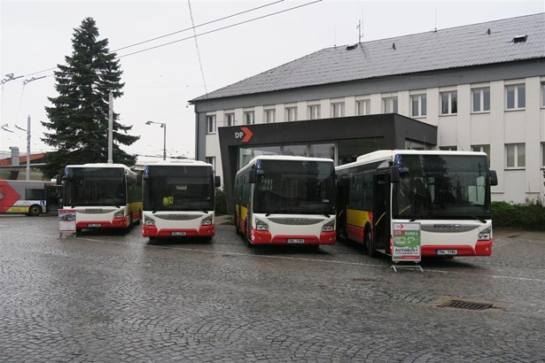 Popis: Nové autobusy DPMHK.