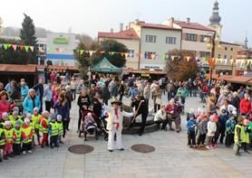 Všesvatský jarmark v Rožnově láká na tradiční zboží, dobré jídlo i hudební program