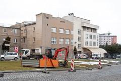 Pod l�k�rnou Fakultn� nemocnice Olomouc vznik� nov� parkovi�t�. Poskytne m�sta pro t�i des�tky aut