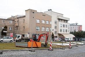 Pod lékárnou Fakultní nemocnice Olomouc vzniká nové parkoviště. Poskytne místa pro tři desítky aut