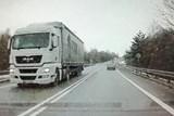Led z kamionu ohrozil protijedoucí řidiče