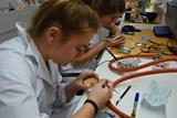 Zubní technici se učí v moderních učebnách, laboranti v nových laboratořích