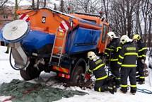 Ostravští hasiči řešili dva technické problémy - sypač v díře a díru v nádrži