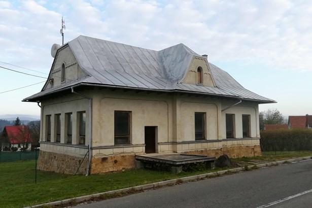 Popis: Budova bývalé školy v Lipině.