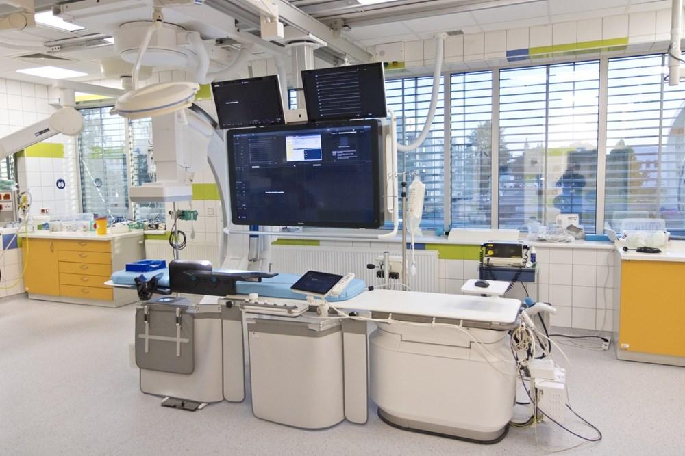 Popis: Nový angiografický přístroj.