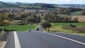 Stavební práce na silnici mezi Jihlavou a Pelhřimovem se blíží ke konci