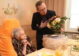 Paní Otilie z Domova Bílá Opava oslavila 100 let