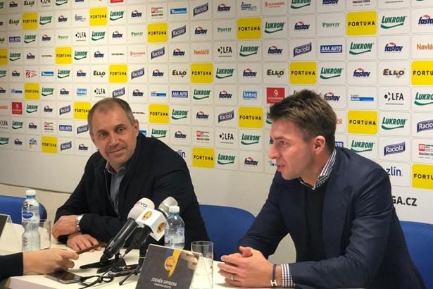 Popis: Nový trenér Zlína Roman Pivarník a Zdeněk Grygera, sportovní ředitel klubu.